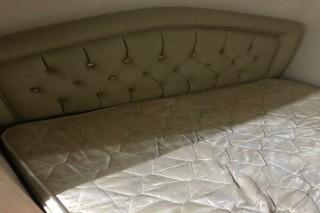 للبيع سرير بمرتبة طبية نظيفة